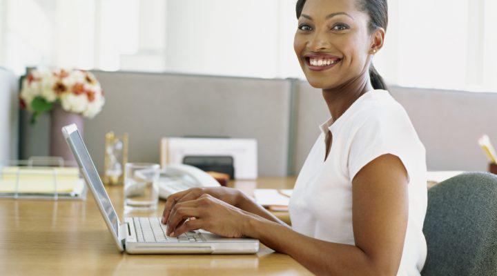 一位使用笔记本电脑的女商人的侧面图